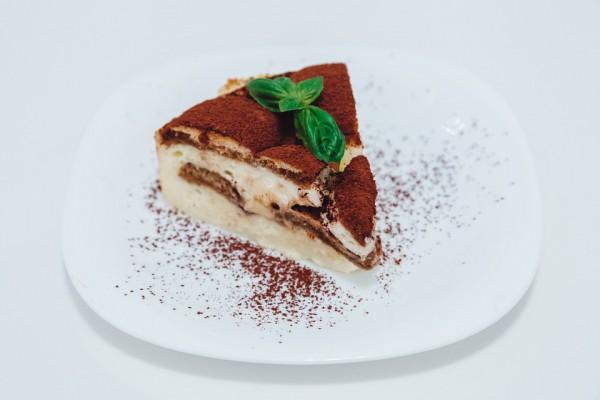 Тирамису можно украсить какао и тертым шоколадом