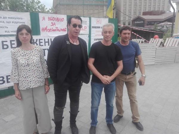 Линдеманн рядом с активистами на Почтовой площади в Киеве
