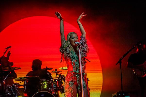 Рита Ора на концерте в Латвии