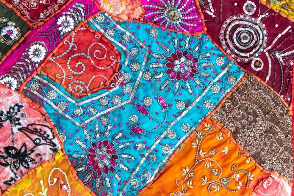 Лоскутное одеяло можно украсить бисером и пайетками