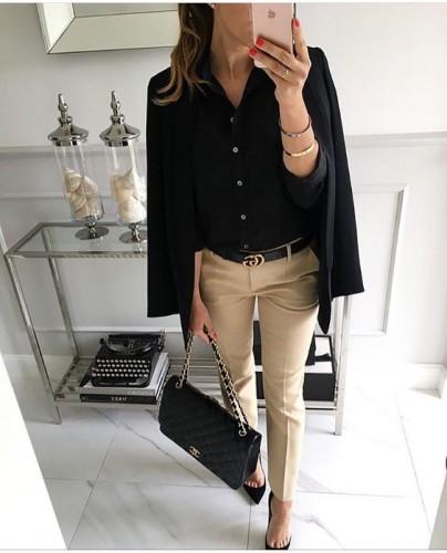 Черная блуза и светлые брюки фото