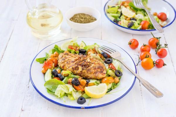 Салат из курицы с маслинами и овощами