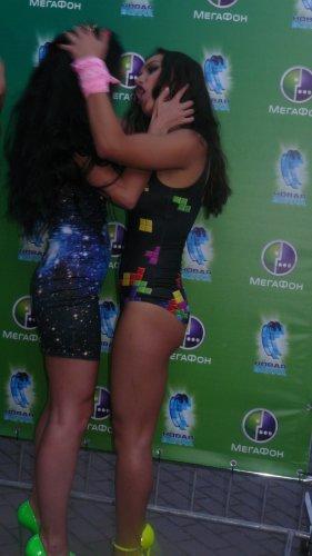 Девушки из группы Серебро целовались прямо на публике