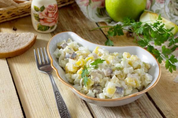Салат на Пасху: рецепт с яблоком и селедкой