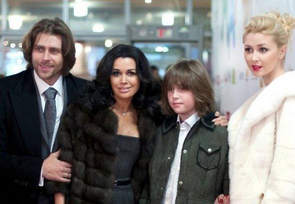 На премьере фильма Мамы вместе с мужем Петром Чернышевым и детьми