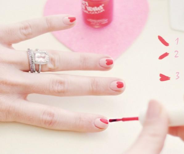 Красные сердечки на розовом фоне выглядят очень романтично