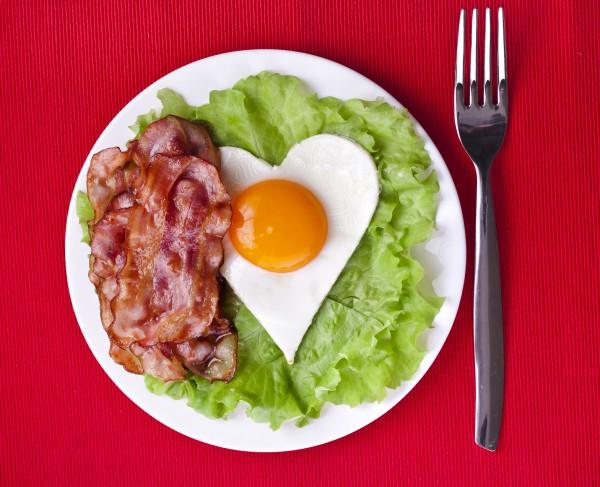 Завтрак в постель на День святого Валентина: яичница в виде сердца