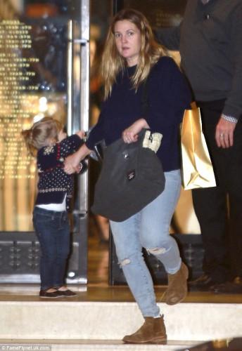 Актриса Дрю Берримор совершает покупки со старшей двухлетней дочкой