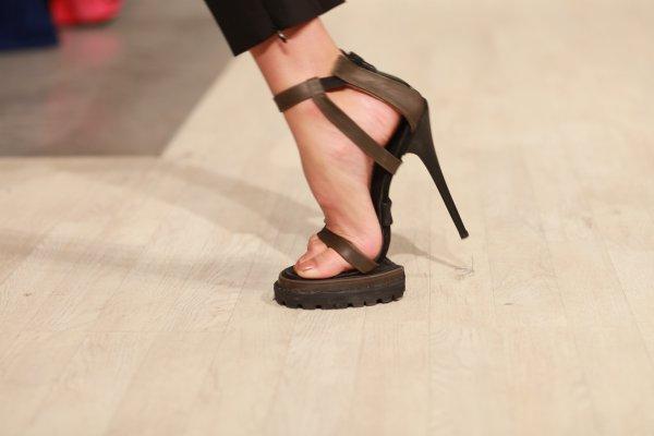 В такой обуви модели ходили с трудом