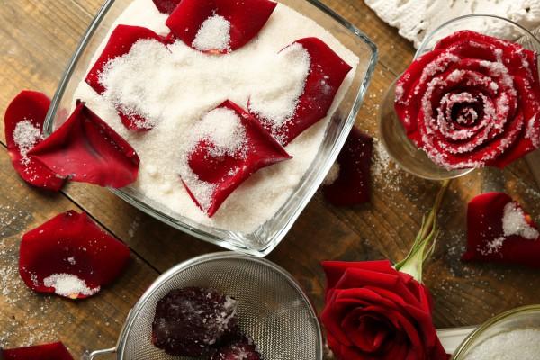 Засахаренные лепестки роз: пошаговый рецепт
