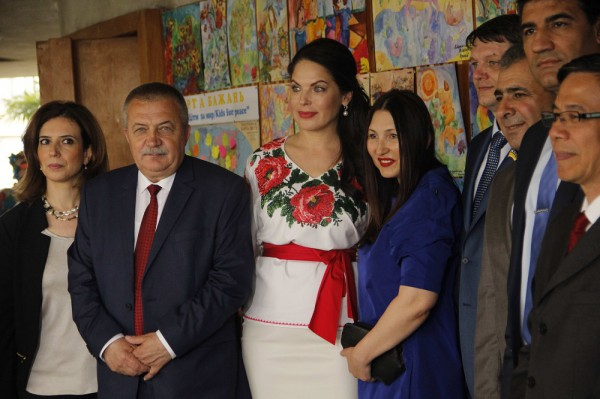 Международный детский фестиваль Дети за мир: Литовченко и Силантьева (в центре) с послами