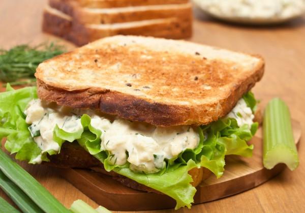 Яичный салат с сельдереем и огурцами