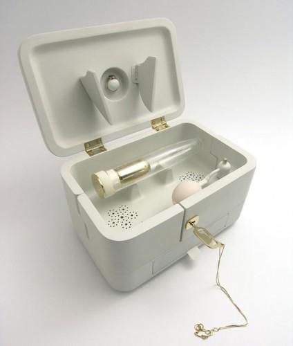 Дизайнер создал вибратор с прахом умершего мужа для безутешных вдов