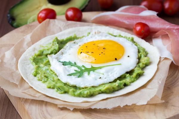 Тортилья с яйцом и гуакамоле