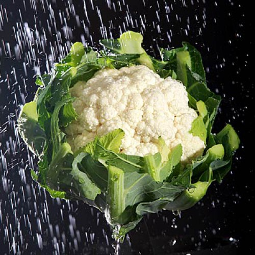 Цветная капуста. Содержание воды: 92,1%. Не позволяй бледному цвету этого овоща вводить тебя в заблуждение. Помимо высокого содержания воды, цветная капуста богата витаминами и фитонутриентами, которые снижают уровень холестерина и помогают бороться с раком, в том числе с раком молочной железы.