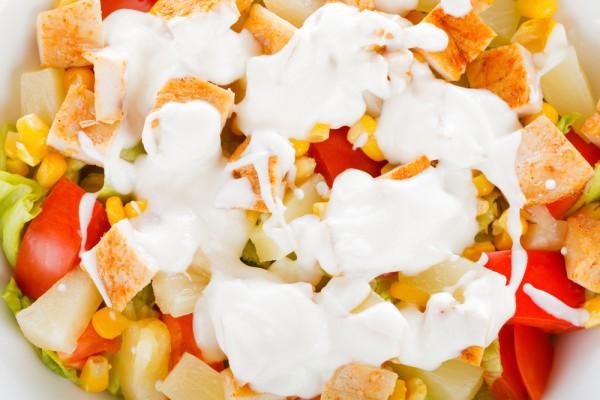 рецепт салата ананас с курицей и сыром и чесноком