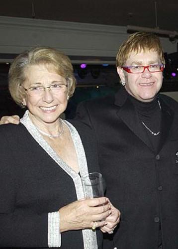 Элтон Джон со своей матерью Шейлой