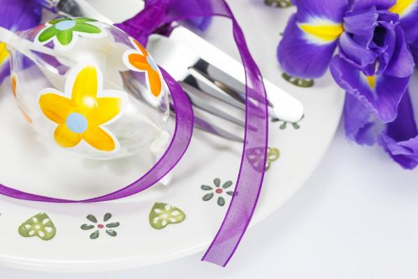 Укрась тарелки весенними цветами.