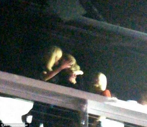 Тейлор Свифт целуется с моделью