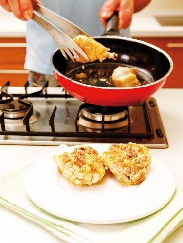 Куриную тушку вымой, обсуши и разрежь на 8–10 частей. Каждый кусочек тщательно натри солью и специями по вкусу. Нагрей в сковородке растительное масло и обжарь на нем ломтики мяса. Мясо вынь