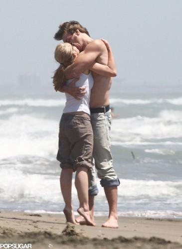 Кристен Белл и Дэкс Шепард обнимаются на пляже в Риме в июне 2008 года