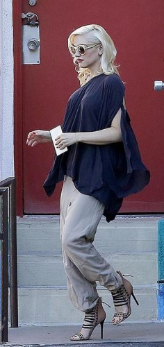 Это фото сделано три дня назад, животика Гвен пока не видно, либо она удачно скрыла его под одеждой