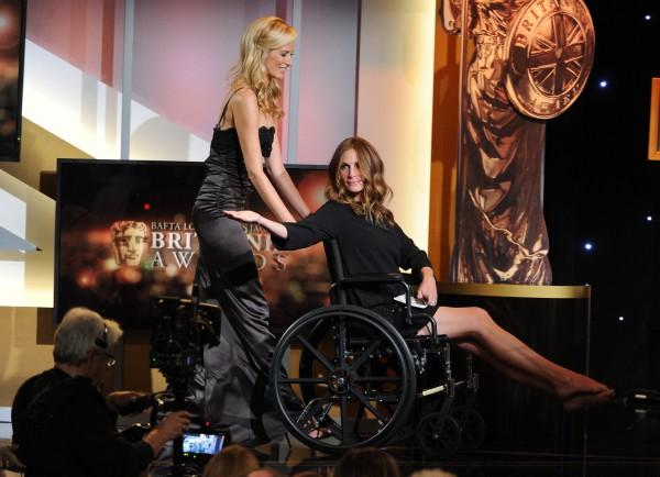 Джулия Робертс  явилась на кинопремию года в инвалидной коляске