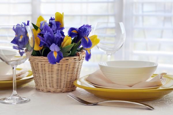 Поставь в центр праздничного стола декоративную корзину с ирисами и тюльпанами.