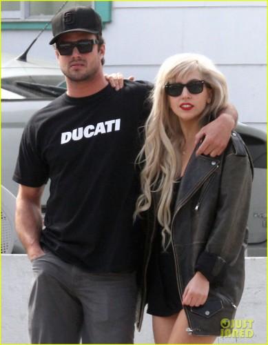 Lady GaGa и Тейлор Кини поженятся этим летом
