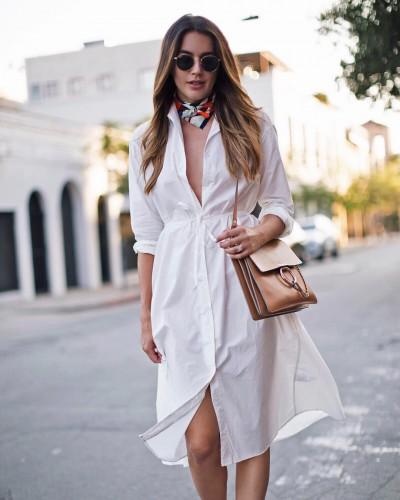Однотонное платье-рубашка и платок на шее