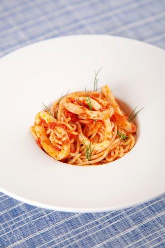 Паста с томатами в мультиварке Ингредиенты:  150 г спагетти 200 г кальмаров 125 мл белого вина 1 репчатый лук 2 зубчика чеснока 100 грамм томатов в собственном соку 2 растительного масла соль  тертый пармезан
