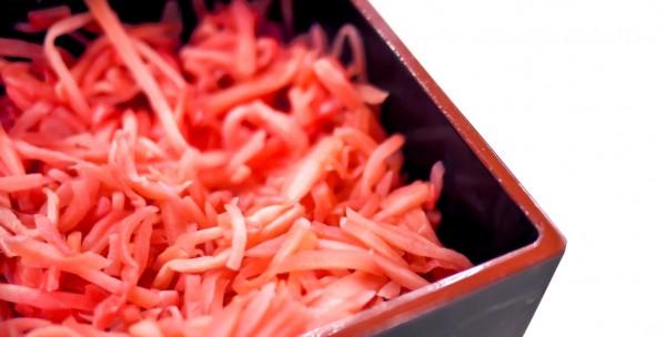 Маринованный имбирь подают к суши
