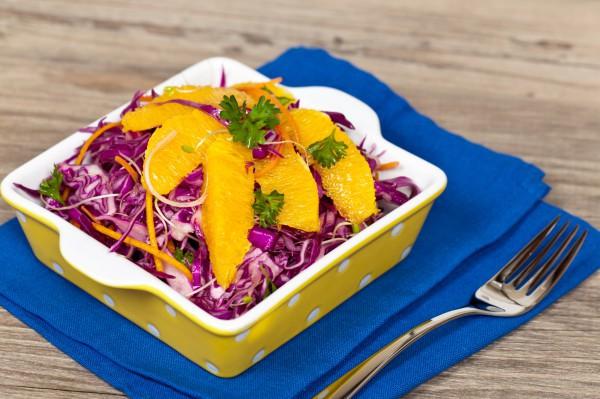 Постный салат из красной капусты и апельсинов