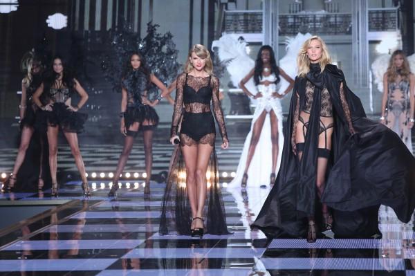 Тейлор Свифт (слева) и модель Victoria Secret