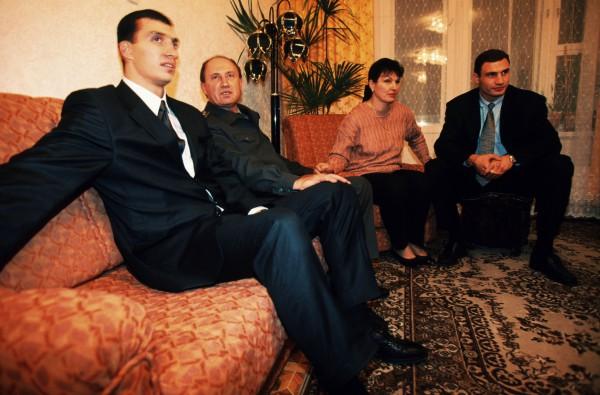 Виталий и Владимир Кличко с родителями