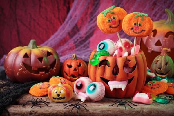 В сервировке стола на Хэллоуин можно активно обыгрывать тему Джека-фонаря