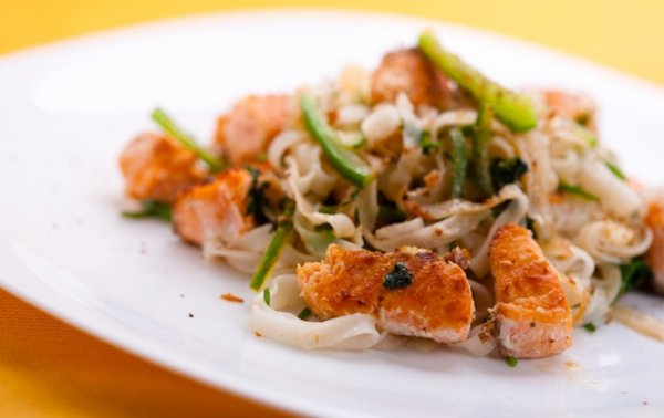 Рисовая лапша с красной рыбой подойдет для легкого обеда или ужина