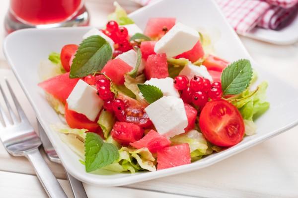 Рецепт                  Летний салат с фетой и красной смородиной