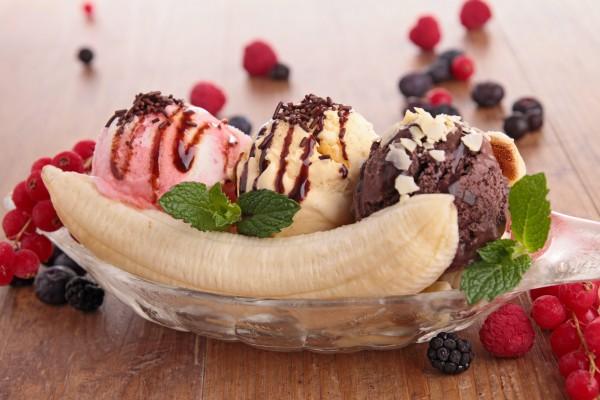 Новогодний десерт из мороженого с фруктами