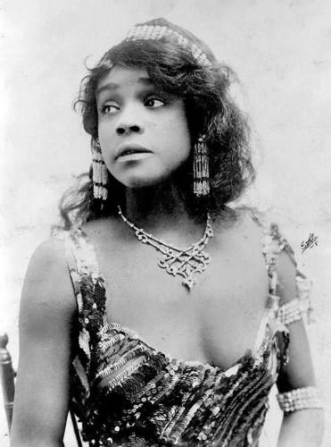 Аида Овертон Волкер (1880 – 1912), афро-америкаснкая актриса, певица, танцовщица и хореограф.