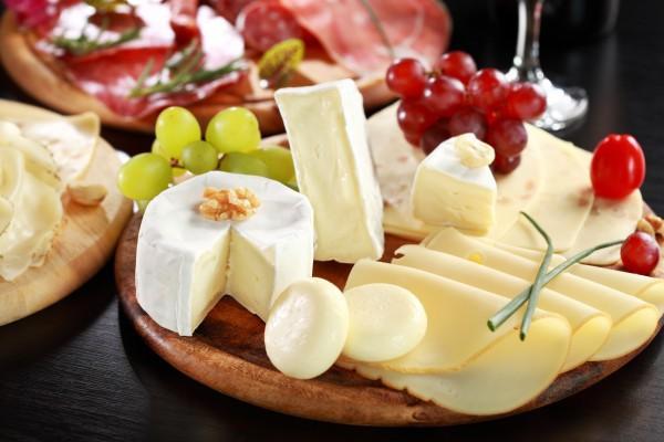 Сырная нарезка с виноградом