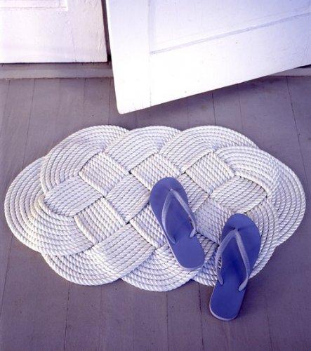 Плетенный коврик для классической ванной