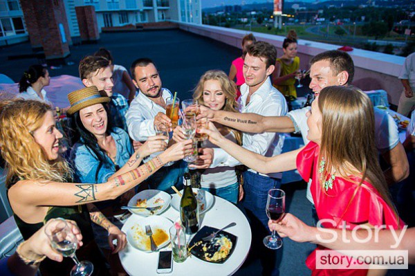 Друзья подарили молодоженам деньги и алкоголь