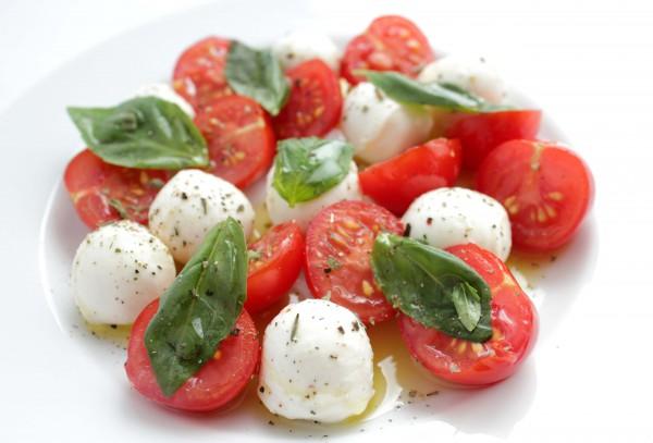 Капрезе из мини-моцареллы с помидорами черри.