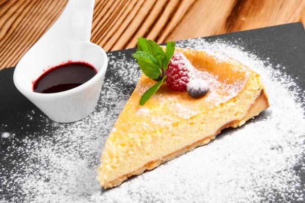 Перед подачей чизкейк можно посыпать сахарной пудрой и украсить ягодами
