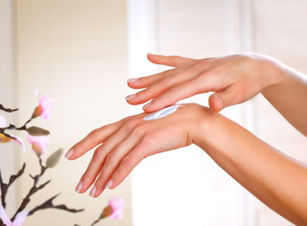 Хорошо помогут смягчить кожу кремы с экстрактами ромашки или оливок.