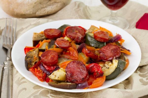 Овощи в духовке с колбасками
