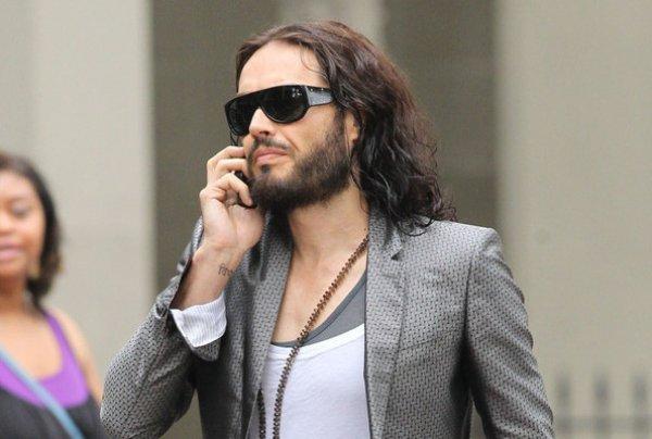 Рассел Брэнд разбил iPhone чтобы проявить уважение Стиву Джобсу