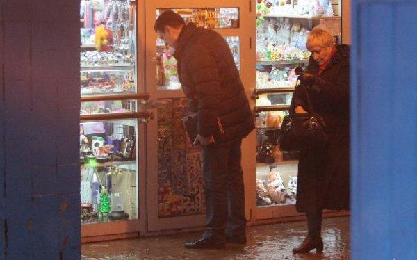 Дмитрий Дюжев покупает подарки в российской подземке