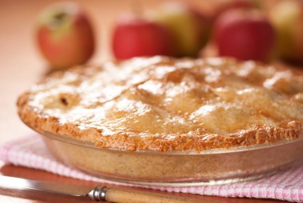 Для начинки яблок можно использовать орехи или курагу